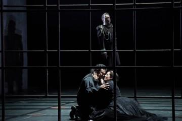 Russell Braun (behind) as Conte di Luna, Ramón Vargas as Manrico and Elza van den Heever as Leonora