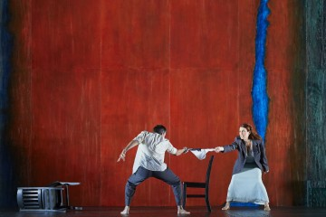 Phillip Addis as Tancredi and Krisztina Szabó as Clorinda in the Canadian Opera Company's world premiere production of Pyramus and Thisbe (with Lamento d'Arianna and Il combattimento di Tancredi e Clorinda), 2015. Photo: Michael Cooper